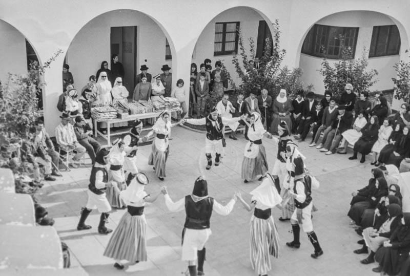 Agrupación folclórica en el Hospital Insular V