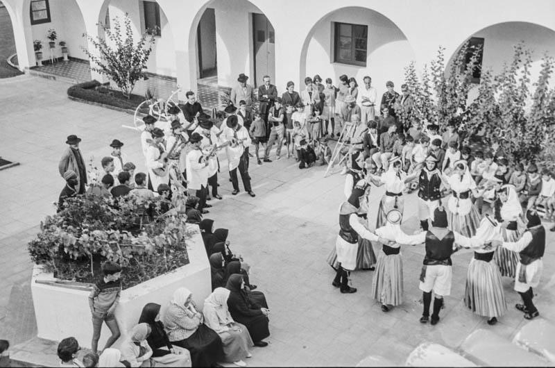 Agrupación folclórica en el Hospital Insular VIII