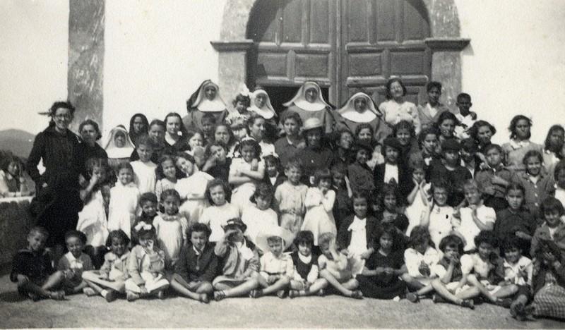 Niños con monjas