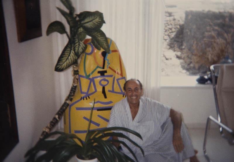 César Manrique en su vivienda de Tahíche VI