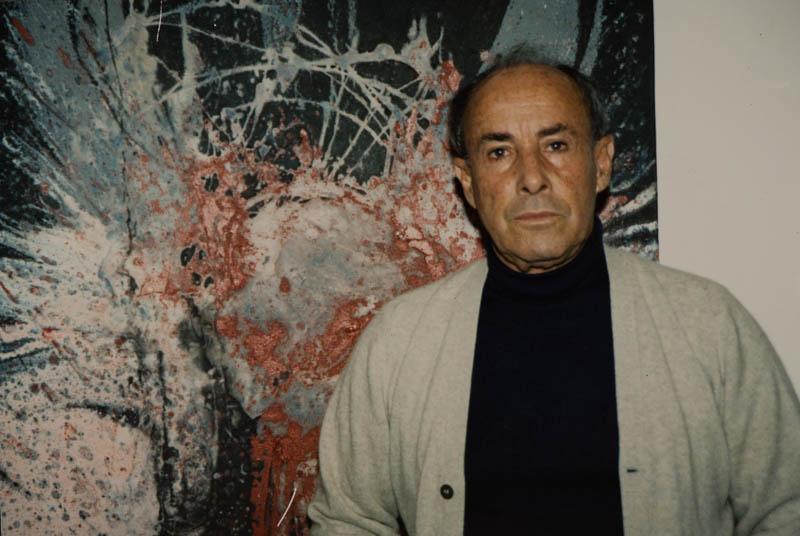 César Manrique posando junto a su obra II