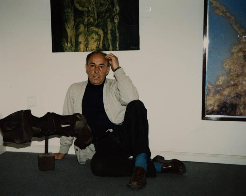 César Manrique posando junto a su obra III