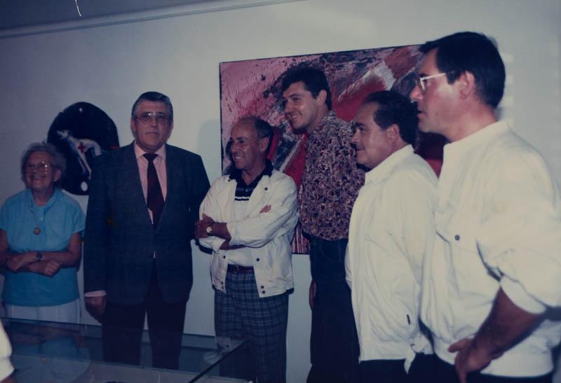 César Manrique en una exposición de arte
