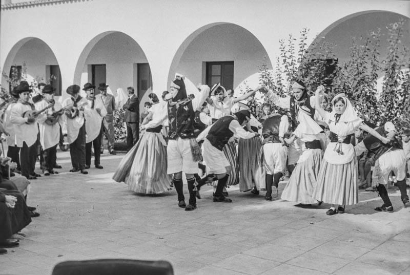 Agrupación folclórica en el Hospital Insular X