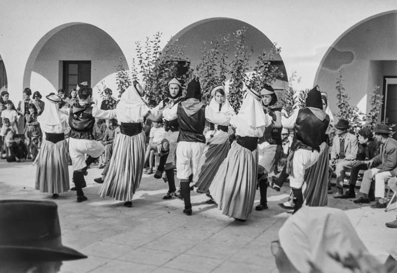 Agrupación folclórica en el Hospital Insular XI