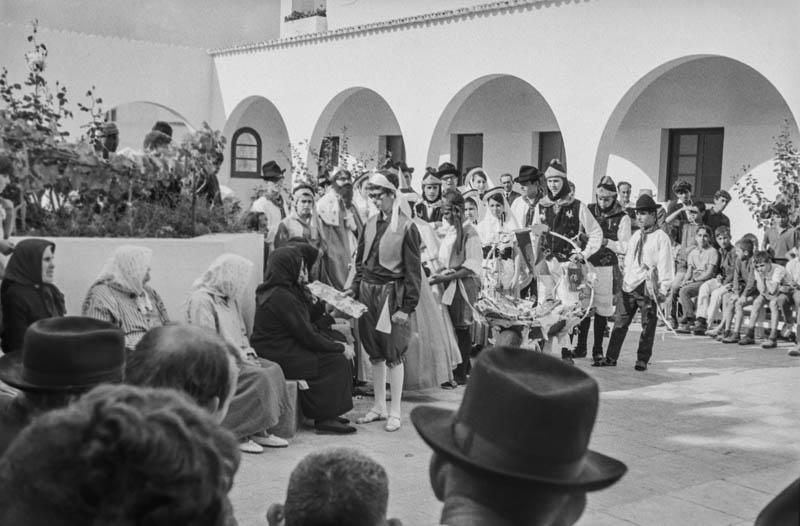 Agrupación folclórica en el Hospital Insular XII