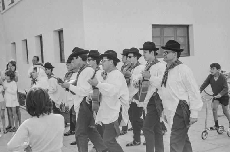 Agrupación folclórica en el Hospital Insular XIII