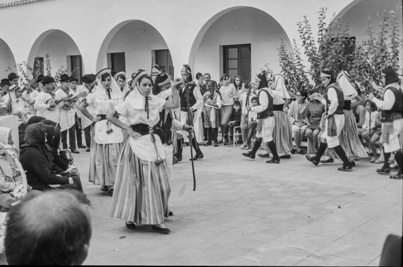 Agrupación folclórica en el Hospital Insular XIV