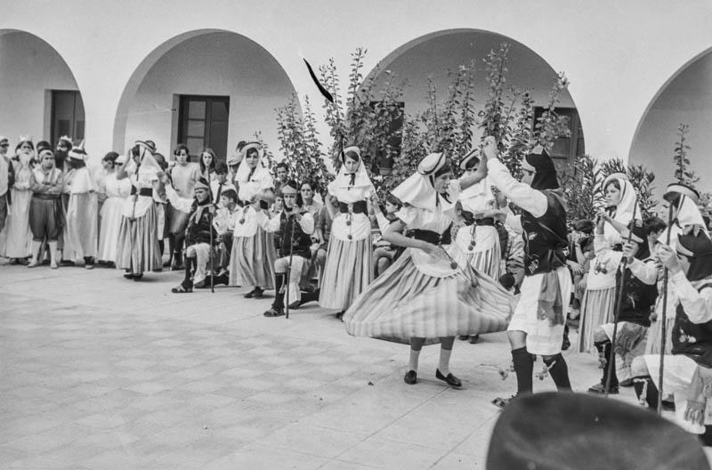 Agrupación folclórica en el Hospital Insular XV