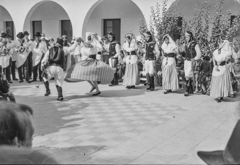Agrupación folclórica en el Hospital Insular XVI