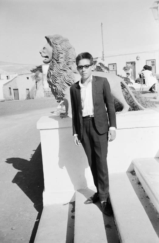 Retrato junto a los leones III