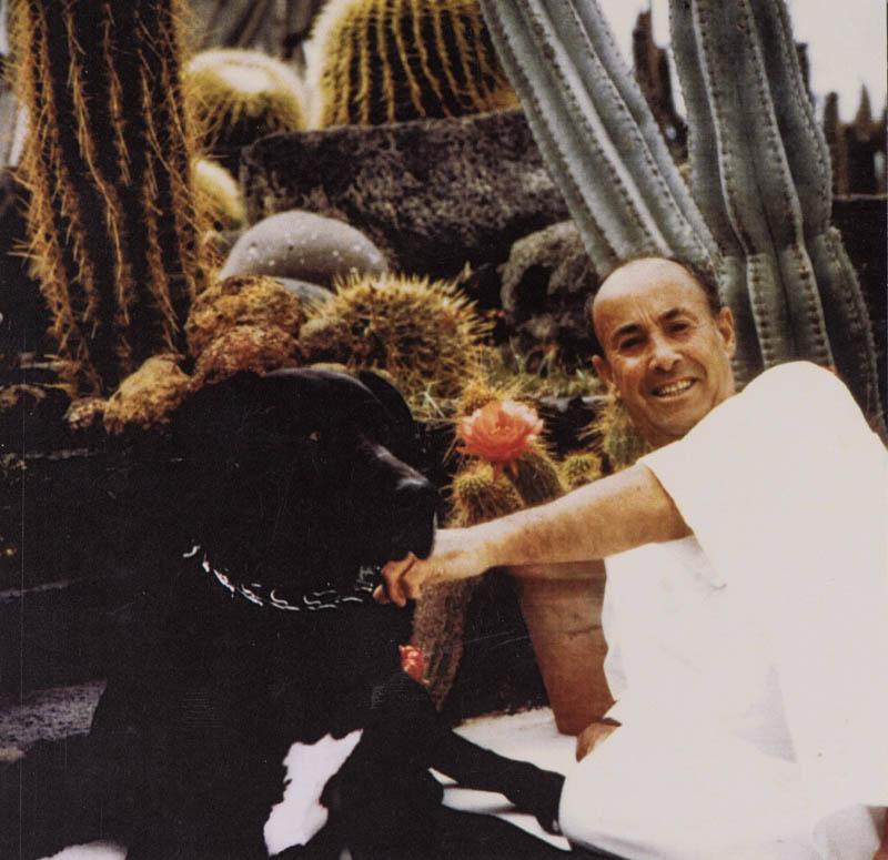 César con uno de sus perros
