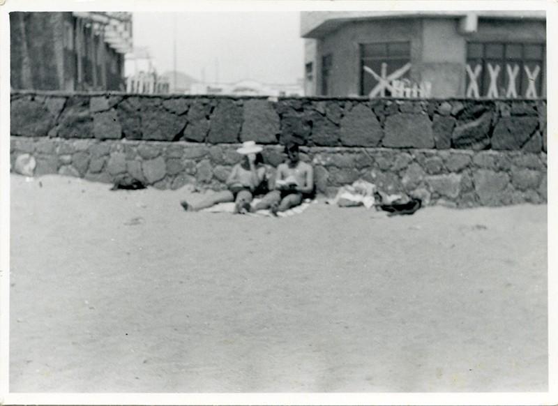 Jóvenes en la playa I
