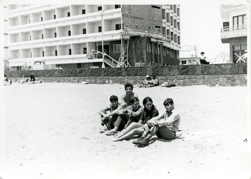 Jóvenes en la playa IV