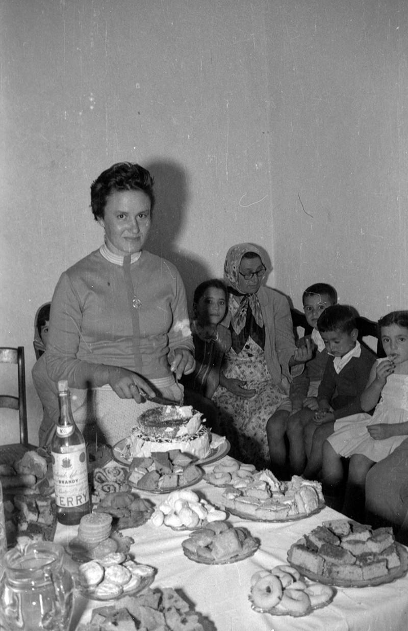 Señora sirviendo la tarta