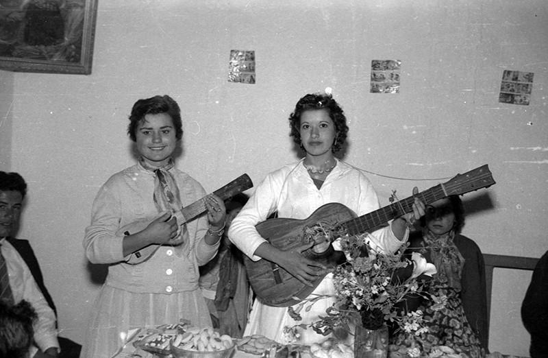 Muchachas con timple y guitarra I