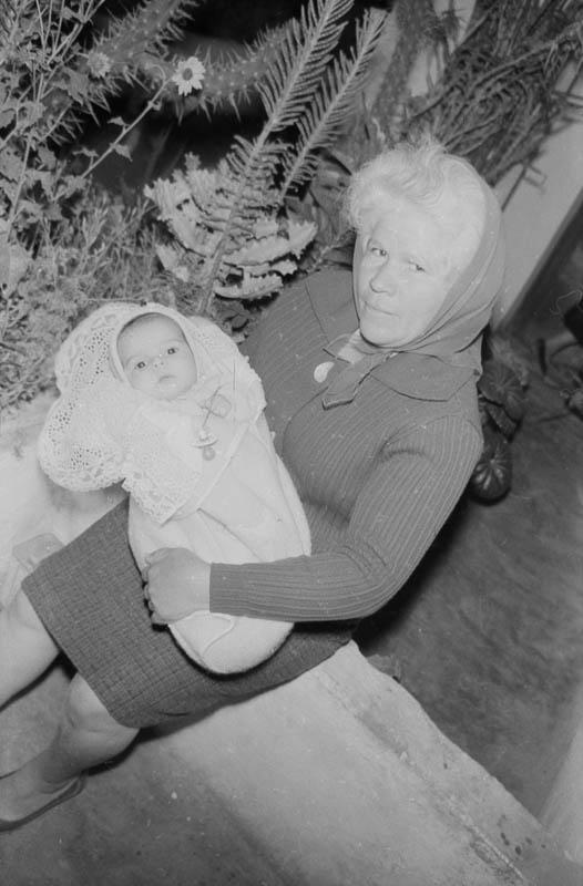 Señora con bebé en brazos