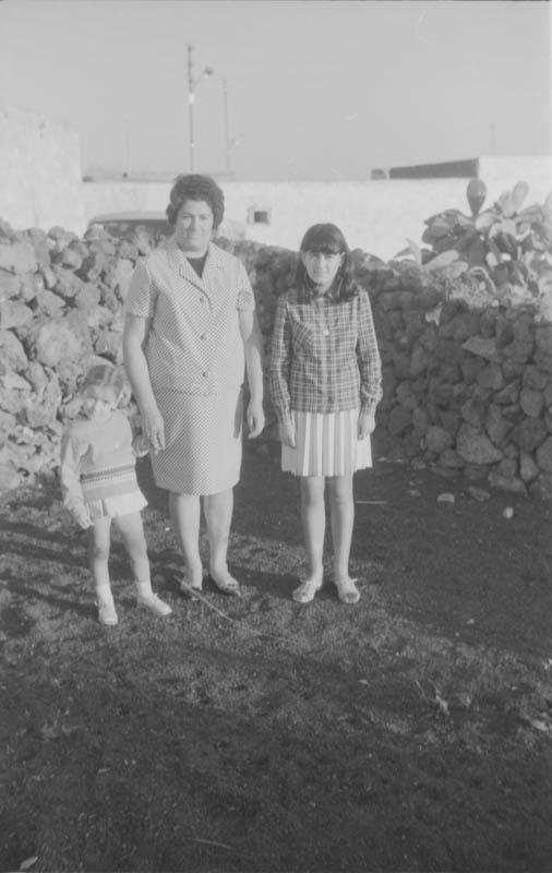 Señora de Máguez con sus hijas