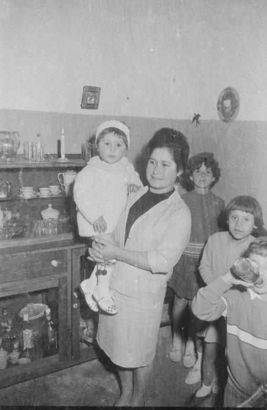 Señora con niños en la celebración nupcial
