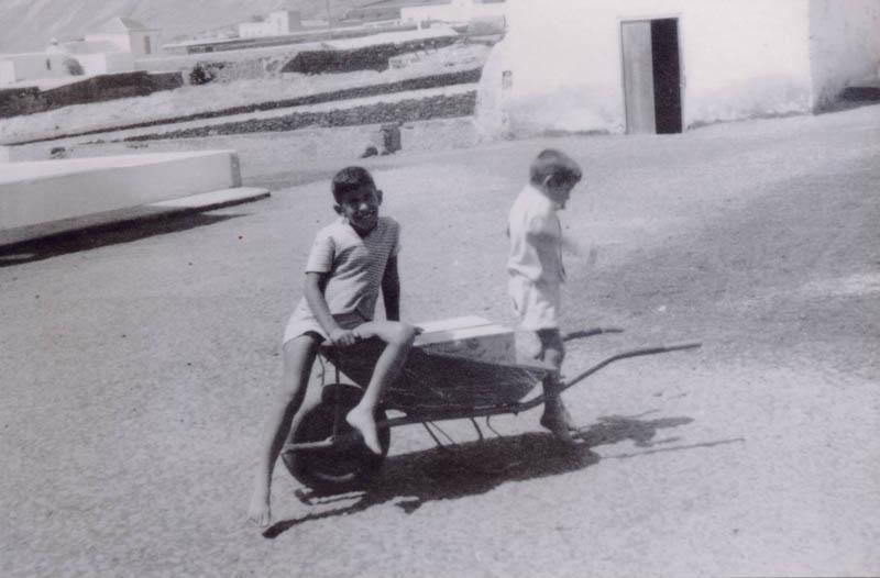 Niños en Carretilla