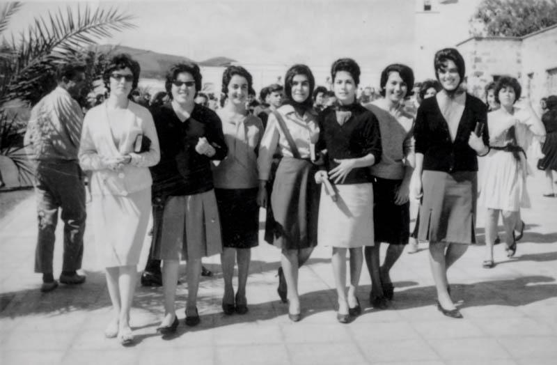 Mujeres paseando por San Bartolomé